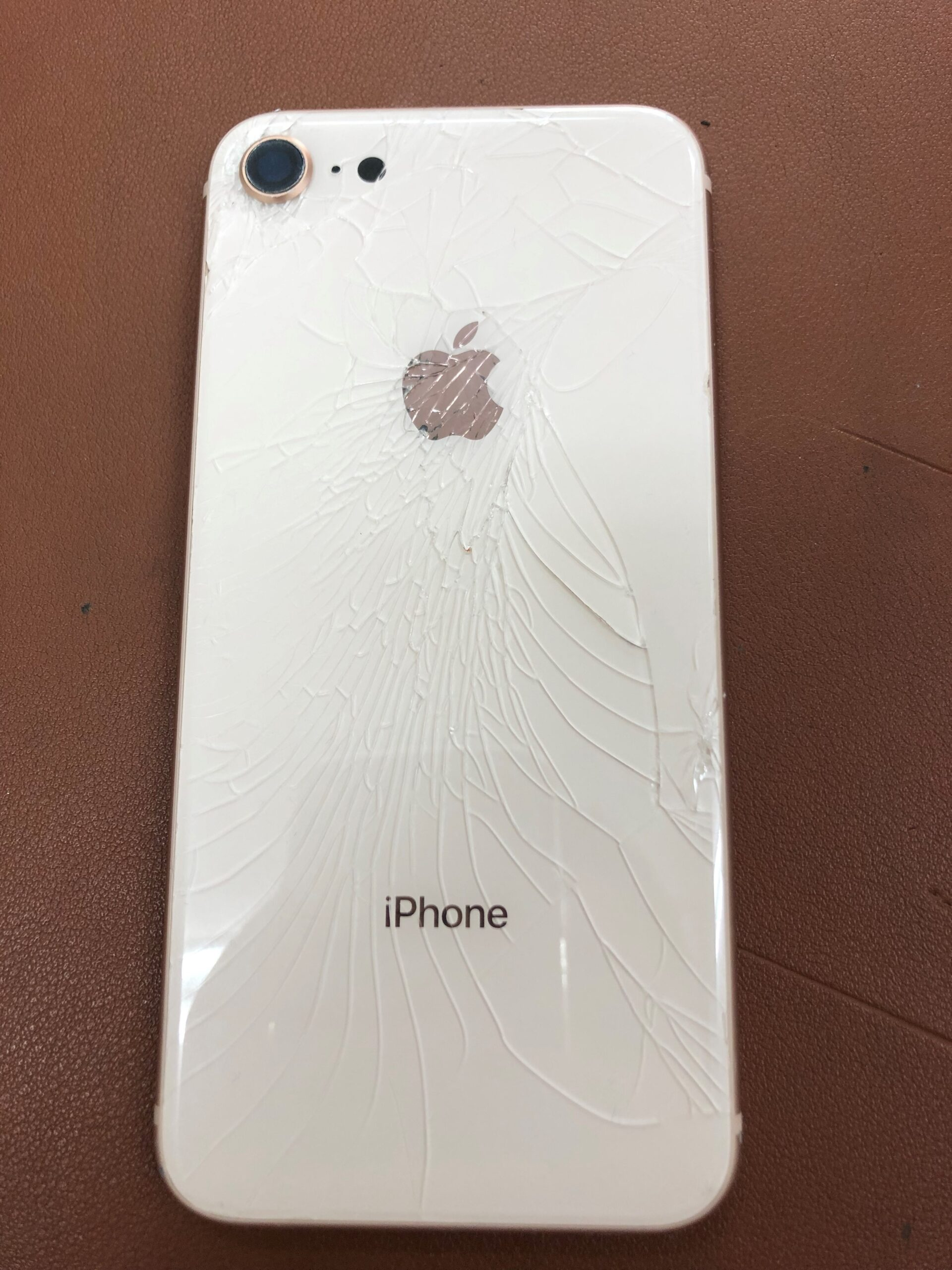 iphone8バックガラス割れ